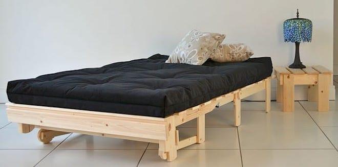 Кровать с плотным матрасом