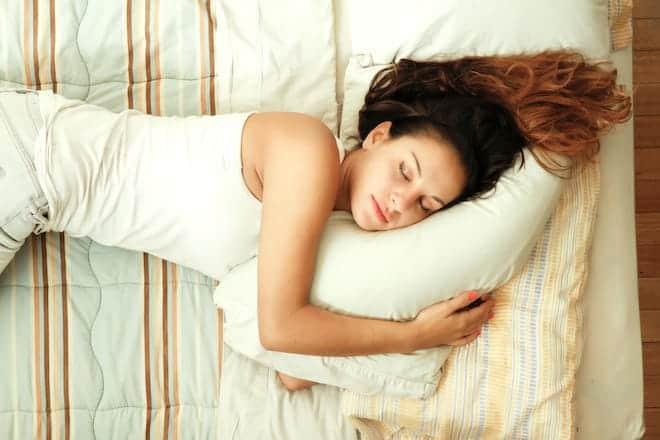 в какую сторону спать головой