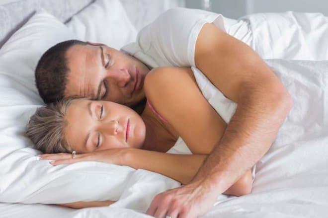 Спать в обнимку полезно