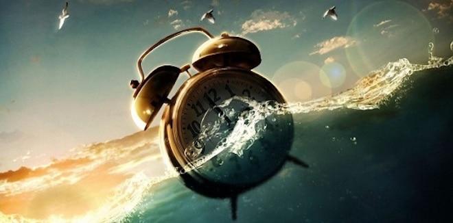будильник плавает в воде